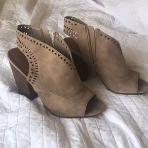 Open toed heel bootie with cut out. Tan nude brown